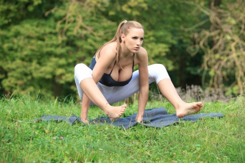Yoga con Jordan Carver.