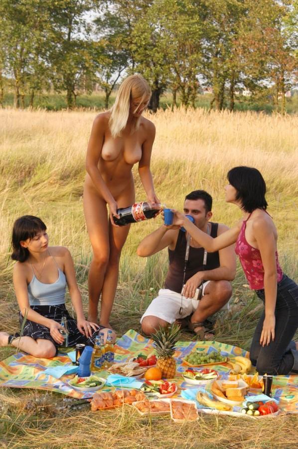 мужчин девушки устроили голый пикник на природе видео порнуха