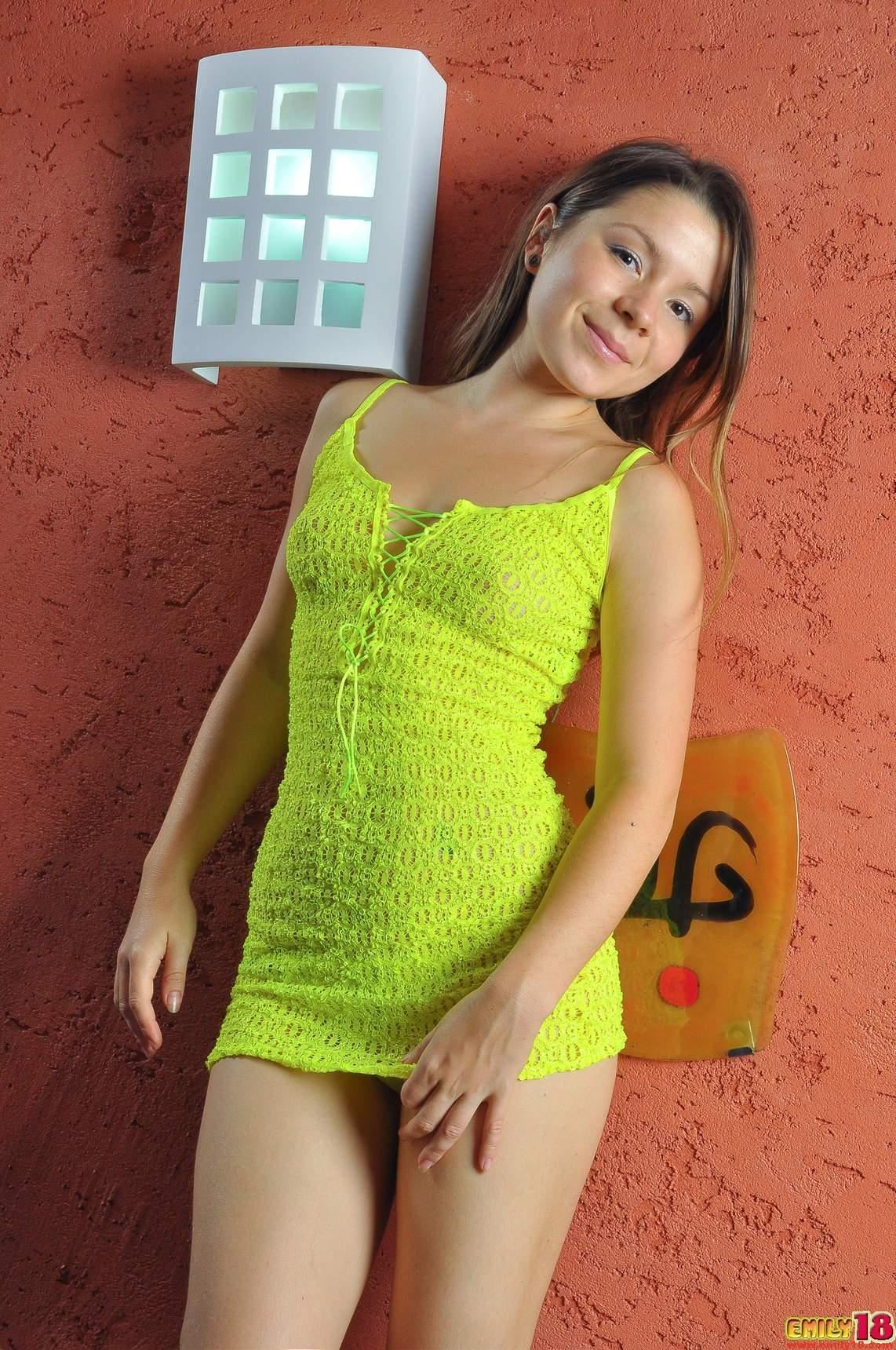 Emily usa un vestido muy sexy y una tanga pequeña